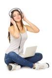Jonge meisje het luisteren muziek door hoofdtelefoons Royalty-vrije Stock Afbeeldingen
