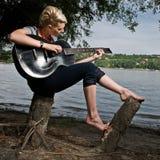 Jonge meisje het spelen gitaar Stock Afbeelding