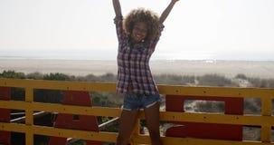 Jonge Meisje het Uitspreiden Handen en Vreugde stock footage