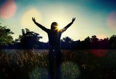 Jonge meisje het uitspreiden handen met vreugde en inspiratie Stock Foto's