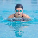 Jonge meisje het zwemmen vlinderslagstijl Royalty-vrije Stock Foto's