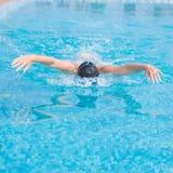 Jonge meisje het zwemmen vlinderslagstijl Stock Afbeelding