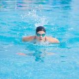 Jonge meisje het zwemmen vlinderslagstijl Stock Foto's