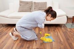 Jonge meisje schoonmakende vloer royalty-vrije stock foto