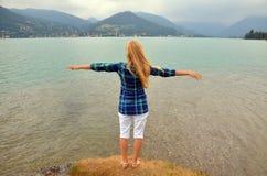 Jonge meisje status en het uitspreiden handen met vreugde en inspiratie, vrijheidsconcept royalty-vrije stock afbeeldingen