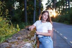 Jonge meisje van Nice het vrij in de stralen van de zonsondergangzon dichtbij Se stock foto's