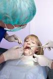Jonge meisjes bezoekende tandarts. royalty-vrije stock afbeeldingen