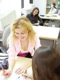 Jonge meisjes bij bureau Royalty-vrije Stock Foto's