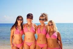 Jonge meisjes in bikinis op strand Royalty-vrije Stock Afbeelding