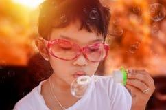 Jonge meisjes blazende zeepbels royalty-vrije stock foto's