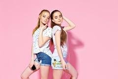 Jonge meisjes die aan muziek luisteren royalty-vrije stock afbeeldingen