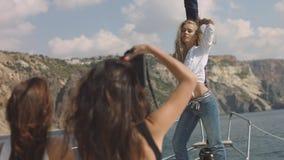 Jonge meisjes die beeld op het jacht maken Stock Afbeelding