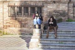 Jonge meisjes die berichten verzenden telefonisch royalty-vrije stock fotografie
