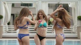 Jonge meisjes die bij de pool ontspannen stock video