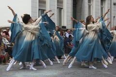 Jonge meisjes die in de straat voor het publiek dansen Royalty-vrije Stock Afbeeldingen