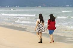 Jonge meisjes die door bij het Strand van China van Danang overgaan Royalty-vrije Stock Afbeelding