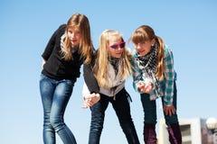 Jonge meisjes die een pret hebben Stock Foto