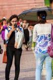 Jonge meisjes die foto's met mobiele telefoon nemen Stock Foto