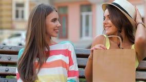 Jonge meisjes die met het winkelen zakken stellen stock videobeelden