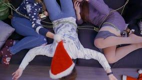 Jonge meisjes die op bank thuis ontspannen stock videobeelden