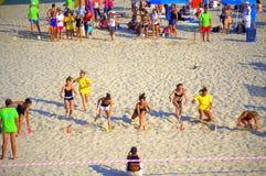 Jonge meisjes die op de zomerstrand rennen Stock Foto