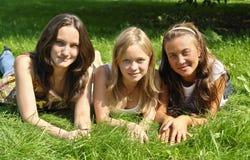 Jonge meisjes die op het gras liggen Royalty-vrije Stock Foto