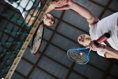 Jonge meisjes die tennisspel spelen binnen stock afbeelding