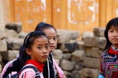Jonge meisjes in een dorp dichtbij de padievelden van Yunnan, China De beroemde terrasvormige padievelden van Yuanyang in Yunnan- stock afbeelding