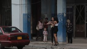 Jonge meisjes in Havana stock video