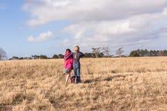Jonge Meisjes het Geven Parkreserve Stock Afbeeldingen