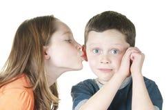 Jonge meisjes kussende jongen op wang Royalty-vrije Stock Afbeelding