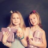 Jonge meisjes met giftdoos Stock Afbeelding