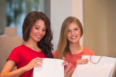 Jonge meisjes met het winkelen zakken in opslag Stock Afbeeldingen
