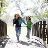 Jonge Meisjes op Brug Royalty-vrije Stock Fotografie