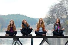 Jonge meisjes op de houten brug Stock Foto's