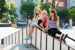 Jonge meisjes op de speelplaats Stock Afbeeldingen