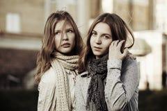 Jonge meisjes op de stadsstraat Stock Foto's