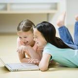 Jonge Meisjes op een Computer Stock Afbeelding