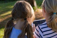 Jonge Meisjes op een Tablet Stock Afbeeldingen