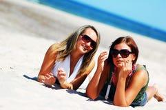 Jonge meisjes op het de zomerstrand stock foto's