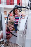 Jonge meisjes op varende boot stock foto