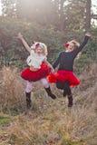 Jonge meisjes in openlucht in motie Royalty-vrije Stock Afbeelding