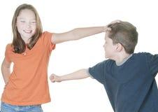 Jonge meisjes plagende jongen royalty-vrije stock afbeeldingen