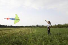 Jonge Meisjes Vliegende Vlieger op Gebied Stock Foto's