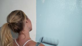 Jonge meisjesbouwer bij bouwwerf met verfrol stock video