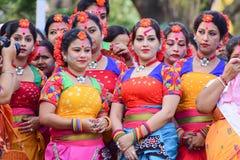 Jonge meisjesdansers die het festival van Holi (de Lente) in Kolkata wachten uit te voeren Royalty-vrije Stock Fotografie