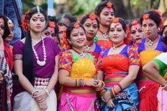 Jonge meisjesdansers die het festival van Holi (de Lente) in Kolkata wachten uit te voeren Royalty-vrije Stock Foto's