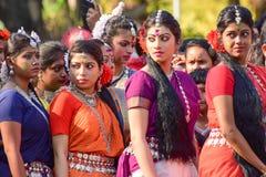 Jonge meisjesdansers die het festival van Holi (de Lente) in Kolkata wachten uit te voeren Stock Foto