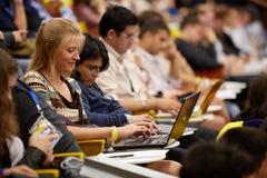Jonge meisjesdeelnemer van de Globale Jeugd aan de Commerciële Forumwerken Stock Fotografie