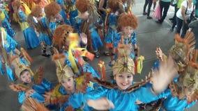 Jonge meisjesgolf aan camera aangezien zij voor straat het dansen voorbereidingen treffen stock video